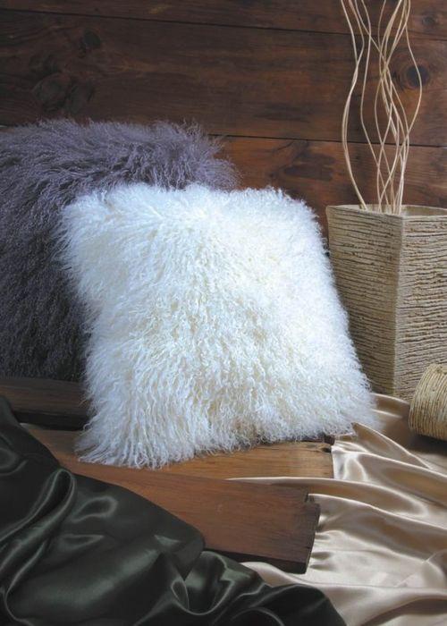 Меховые подушки в интерьере комнаты