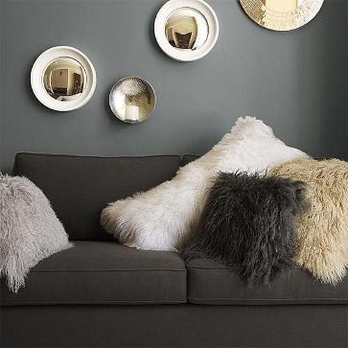 Меховые подушки в интерьере гостиной