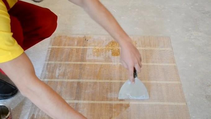 Нанесение клея на бамбуковые обои