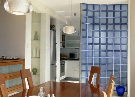 Стена из стеклоблока на кухне