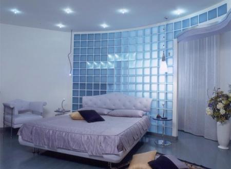 Стена из стеклоблока в спальне