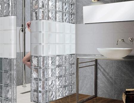 Стена из стеклоблока в ванной комнате