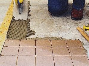 Укладка новой плитки на старую на полу