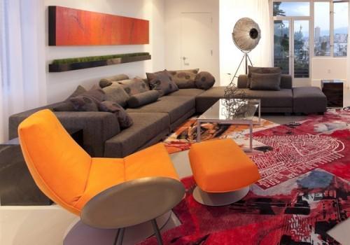Большой диван с журнальным столиком и креслом