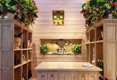 Деревянные шкафчики для цветов и место продавца