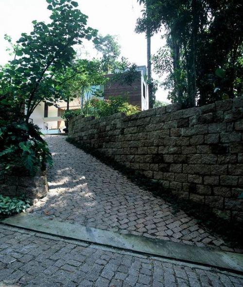 Дорога из брусчатки ведущая к дому в лесу