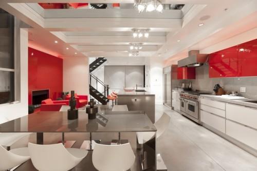 Кухня в особняке в красном цвете