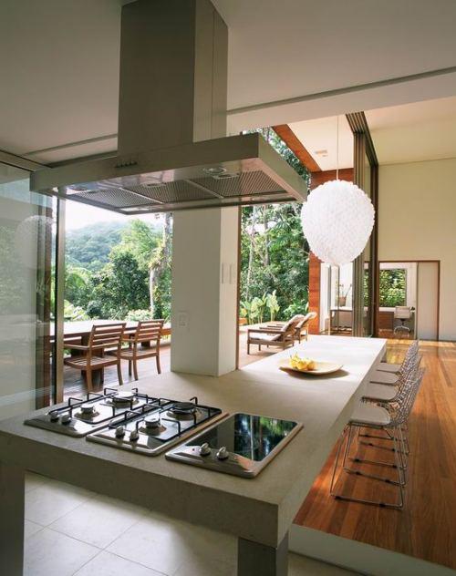 Кухонная плита с вытяжкой на первом этаже