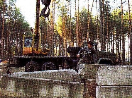 Монтаж фундаментных блоков краном
