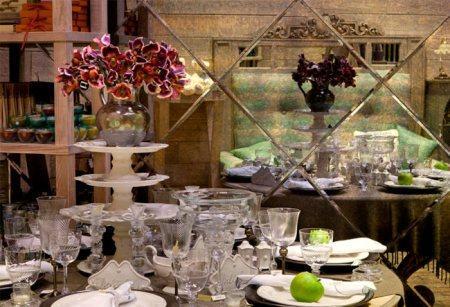 Обеденный стол в цветочном магазине