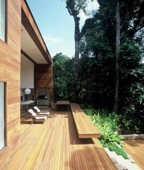 Открытая деревянная терраса перед домом