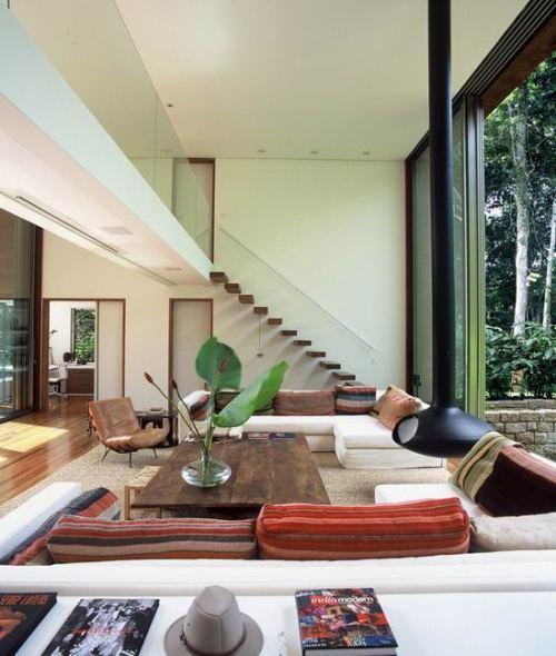 Открытое пространство в доме с подвесным камином