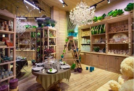 Зеркальная стенка и ассортимент товара в цветочном магазине