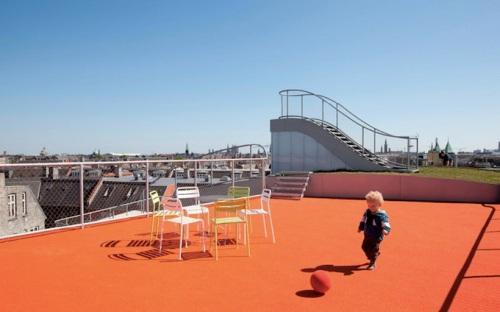 Ребенок на площадке на крыше