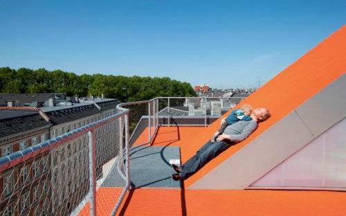 Родители и дети отдыхают на крыше