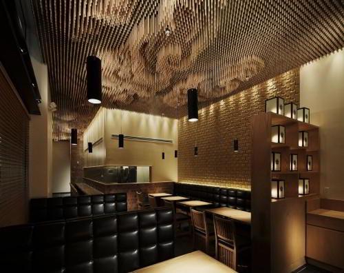 Креативное решение потолка в ресторане