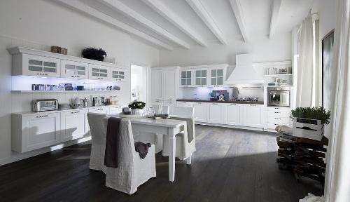 Обеденный стол посредине кухни