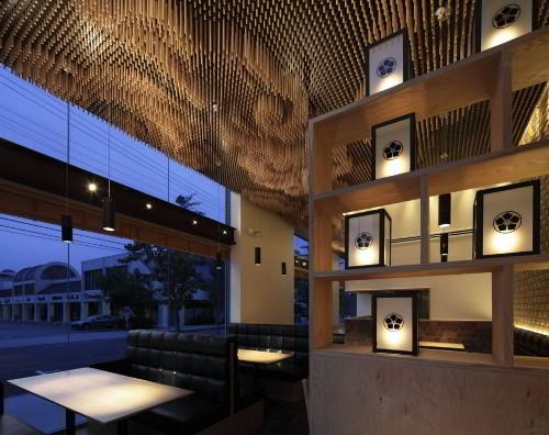 Потолок с дерева в ресторане