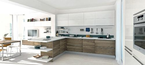 Просторная кухня столовая с большими окнами