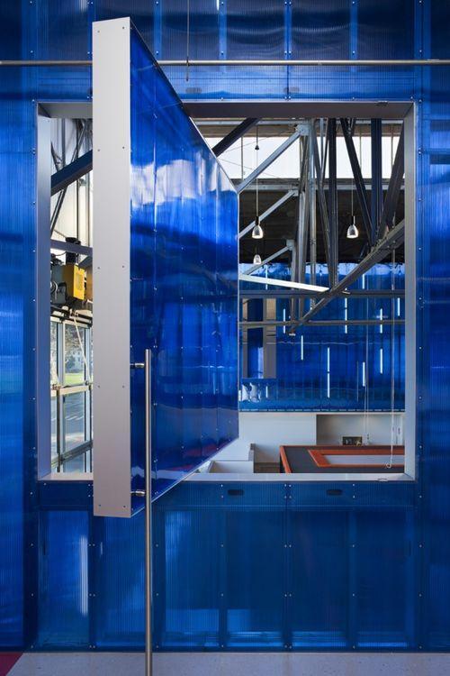 Стены из полупрозрачного синего пластика