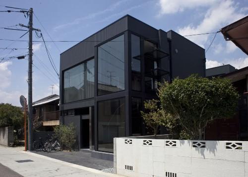 Дом Black Slit в Окаяма-Сити. Главный фасад