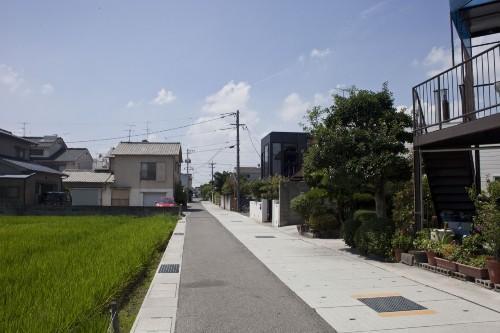 Улица с черным домом