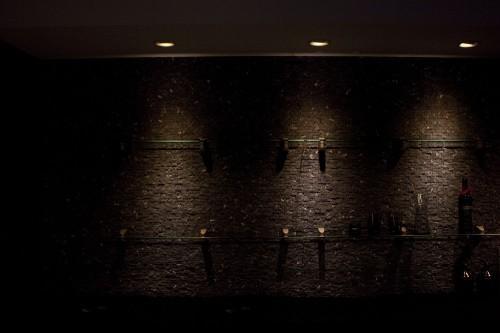 Стена с винными бутылками