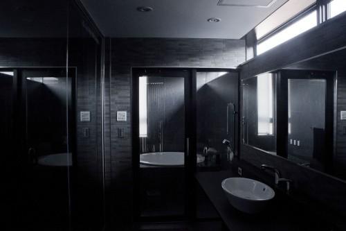 Черная ванна в черном доме