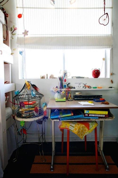 Дом дизайнера интерьеров. Стол в детской комнате