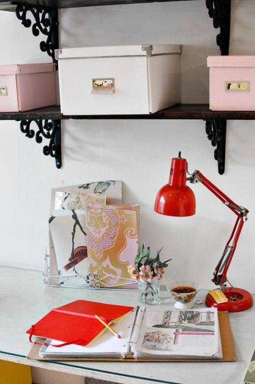 Дом дизайнера интерьеров. Рабочий стол с лампой