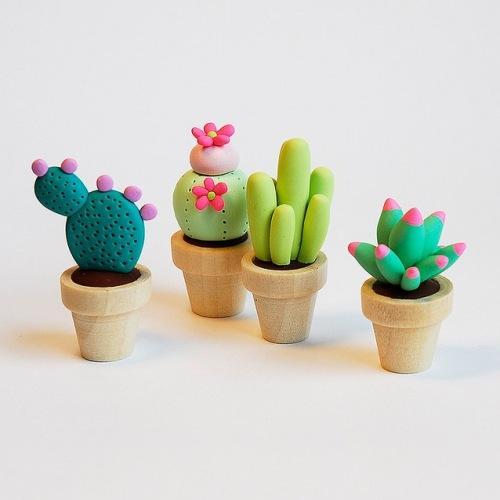 Глиняные фигурки семейство кактусов