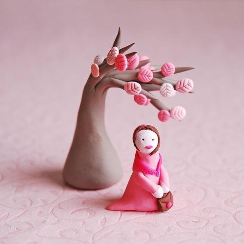 Глиняные фигурки дерево и одинокая девушка