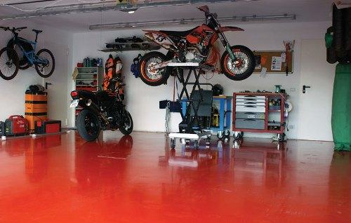 Пол в гараже покрашен краской