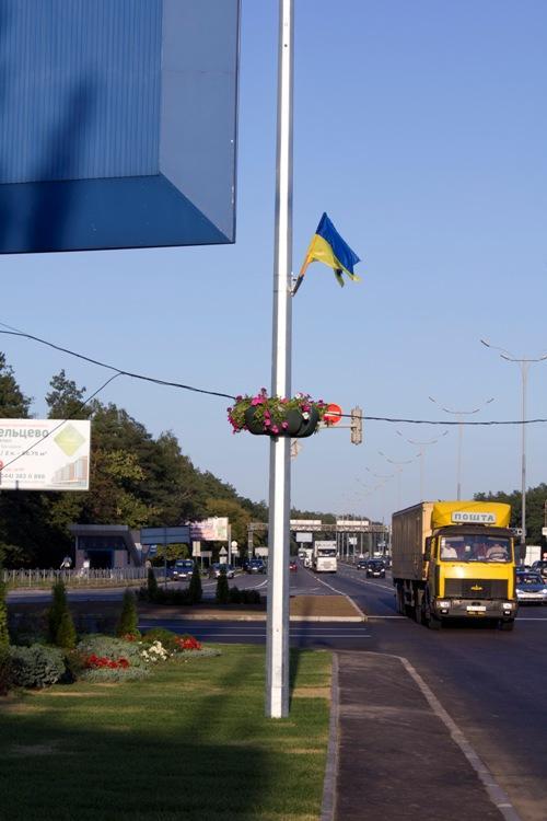 Цветочные клумбы на столбах в Киев