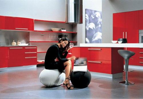 Красивая женщина на красной кухне