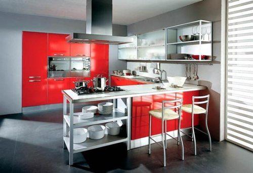 Красная кухня с большим окном