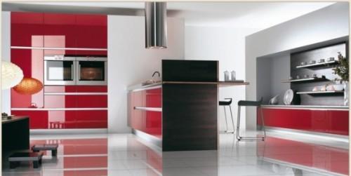 Красная кухня в сочетании с темно-коричневым
