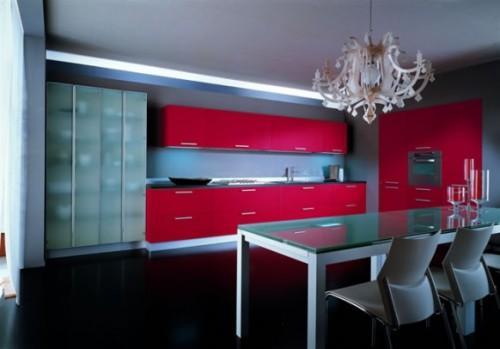 Красная кухня и стеклянный стол