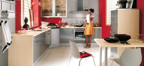 Красная кухня с девушкой
