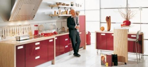 Красная кухня и мужчина