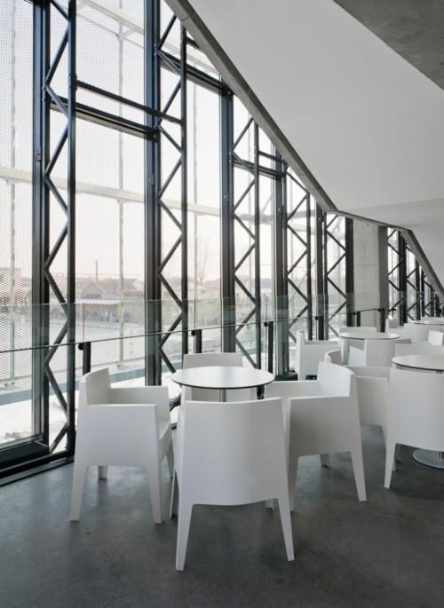 Столики в кафе. Культурный центр в Ипре