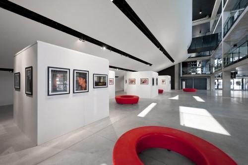 Красные круглые скамейки. Культурный центр в Ипре