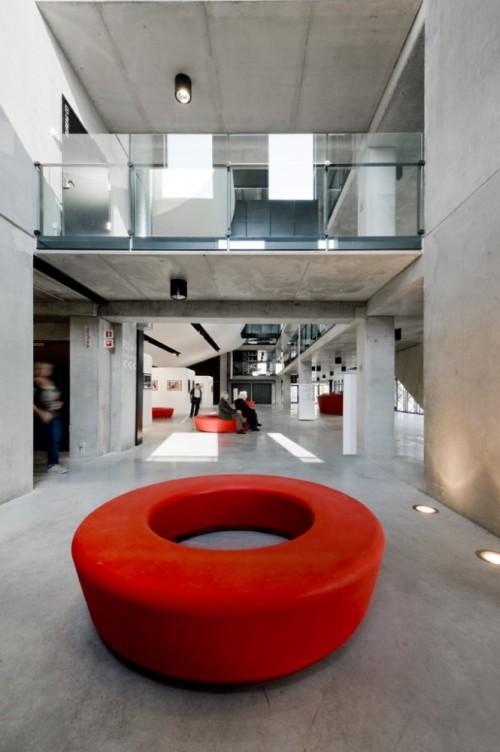 Холл с красной скамейкой. Культурный центр в Ипре
