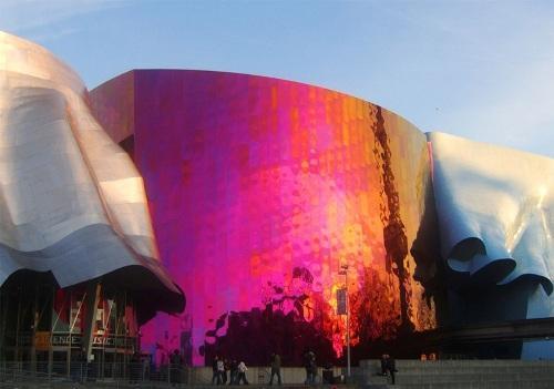 Музей научной фантастики в Сиэтле, США на закате дня
