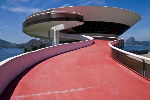 Музей современного искусства в Бразилии. Волнистый вход
