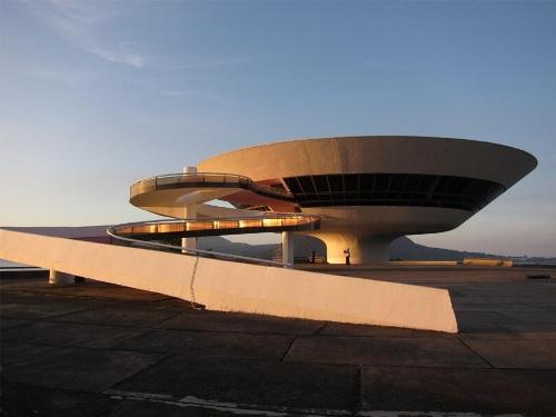 Музей современного искусства в Бразилии. На закате дня