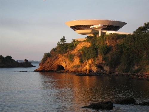 Музей современного искусства в Бразилии. На берегу океана
