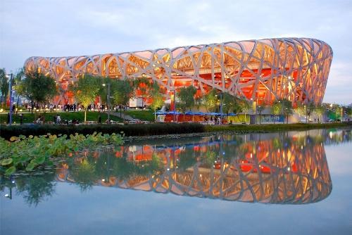Национальный стадион в Пекине с подсветкой металоконструкций