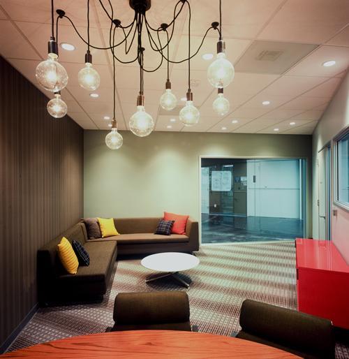 Новый дизайн офис Facebook с диванами