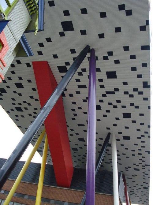 OCAD - университет искусства и дизайна в Канаде. На стойках